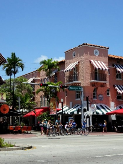 Der Espanola Way mit seinen mediterranen Restaurants in Miami South Beach in Florida