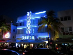 Der Ocean Drive in Miami South Beach bei Nacht