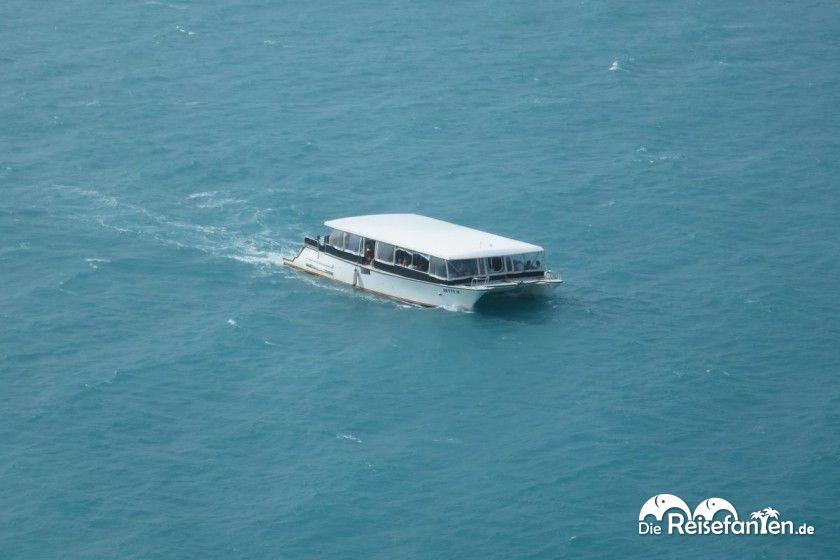 Ein Tenderboot vom Kreuzfahrtschiff aus gesehen