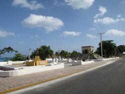 Eine Gedenkstätte in der Mitte der Straße auf Cozumel
