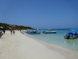 Karibischer Sandstrand der West Bay auf Roatan