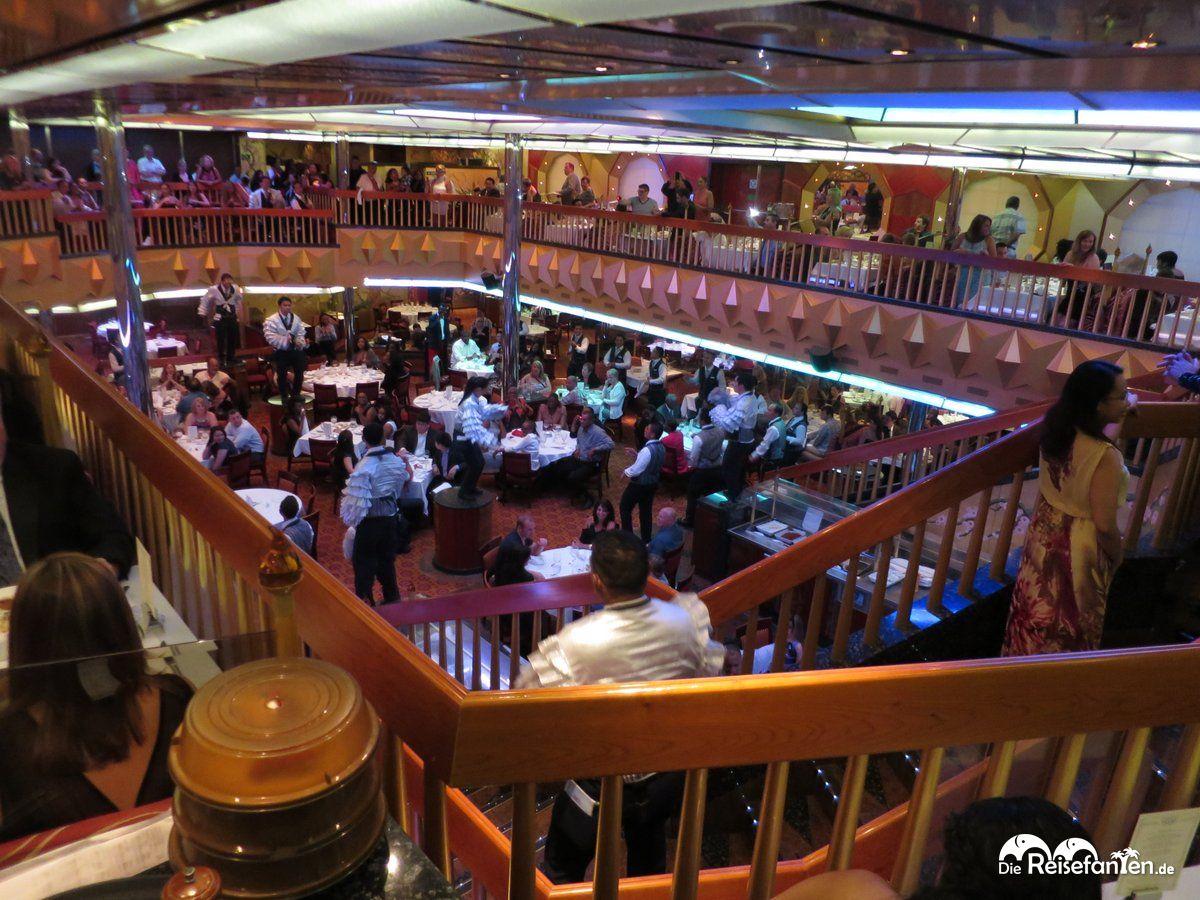 Im Golden und Platinum Restaurant an Bord der Carnival Glory wird auch einmal getanzt