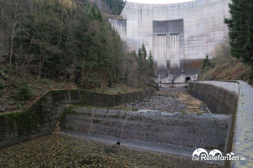 Blick auf das Tosbecken unterhalb der Staumauer der Okertalsperre