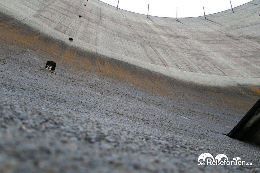 Blick nach oben entlang der Staumauer der Okertalsperre