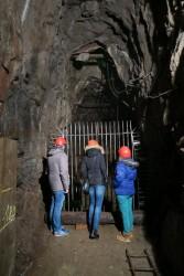 Tief unten im 19-Lachter-Stollen in Wildemann schützt ein Gitter vor dem gähnenden Abgrund