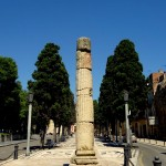 Römische Säule auf einem schön angelegten Weg in Tarragona