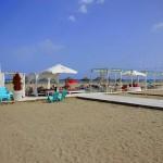 Sonnenbetten und Sonnenliegen an der Playa Gurugu