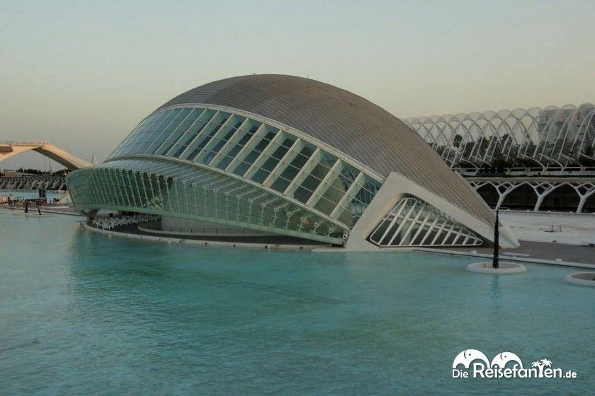 Das L'Hemisfèric in der Stadt der Künste und der Wissenschaften  in Valencia sieht aus wie ein geöffnetes Auge