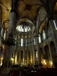 Imposanter Innenbereich der Santa Maria Del Mar in Barcelona