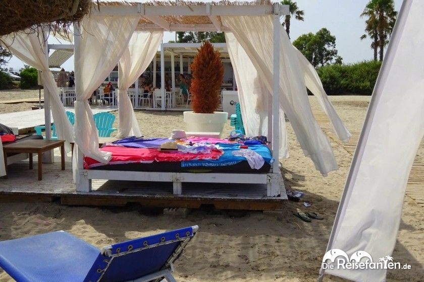 Sonnenbetten an der Playa Gurugu