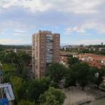 Die Seilbahn von Madrid verläuft auch an Wohnhäusern vorbei