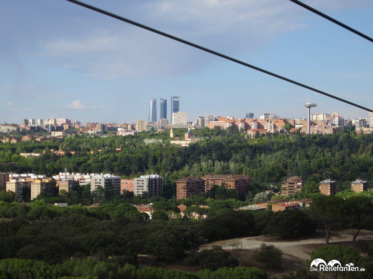 Eine schöne Aussicht über Madrid aus der Seilbahngondel heraus