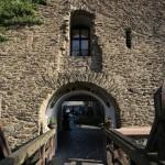 Über die Holzbrücke der Burg Rheinfels