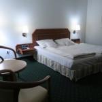 Geräumiges Schlafzimmer im Hotel Maifeld