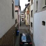 In diesen engen Gassen St. Goars passt gerade so ein Auto hindurch