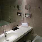 Kleines Badezimmer im Doppelzimmer im Hotel Wyndham Excelsior in Berlin