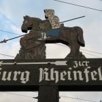 Stilvolle Schilder weisen auf die nahegelegene Burg Rheinfels hin