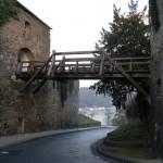 Zur Burg Rheinfels führt eine alte Holzbrücke