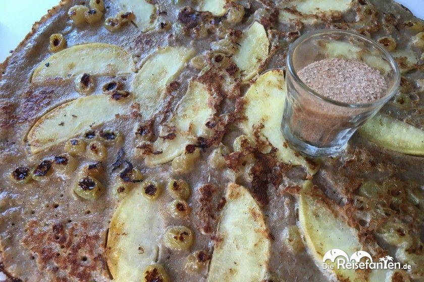 Apfelpfannkuchen mit Rosinen und Zimt und Zucker im Restaurant  Met Stroop Ofzo in Emmen
