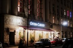 Die nächtliche Außenansicht der Osteria Caruso in Berlin