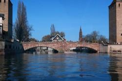 Fahrt entlang der Ile in Straßburg
