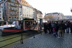 Lange Schlangen vorm Batorama Ticketverkauf in Straßburg