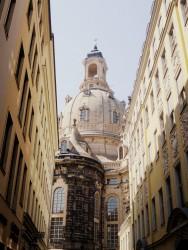 Die Dresdner Frauenkirche aus einer Seitenstraße aufgenommen
