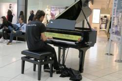 Ein Spieler am öffentlichen Piano im Orio Center in Mailand-Bergamo