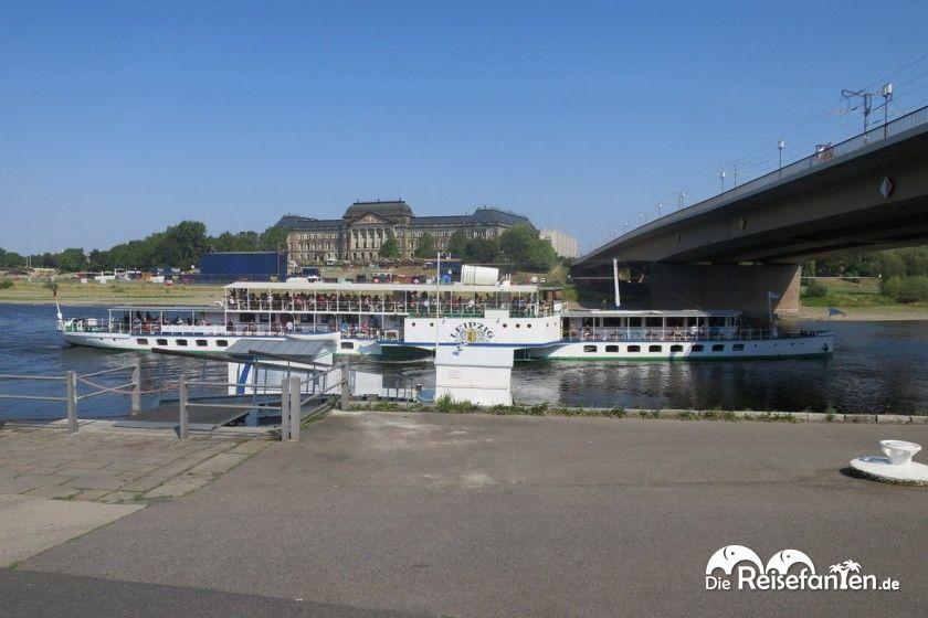 Eine Flußfahrt entlang des Elbufers ist in Dresden vor allem im Sommer sehr beliebt