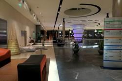 Hotellobby mit Ausstellungen lokaler Künstler im T Hotel Cagliari auf Sardinien