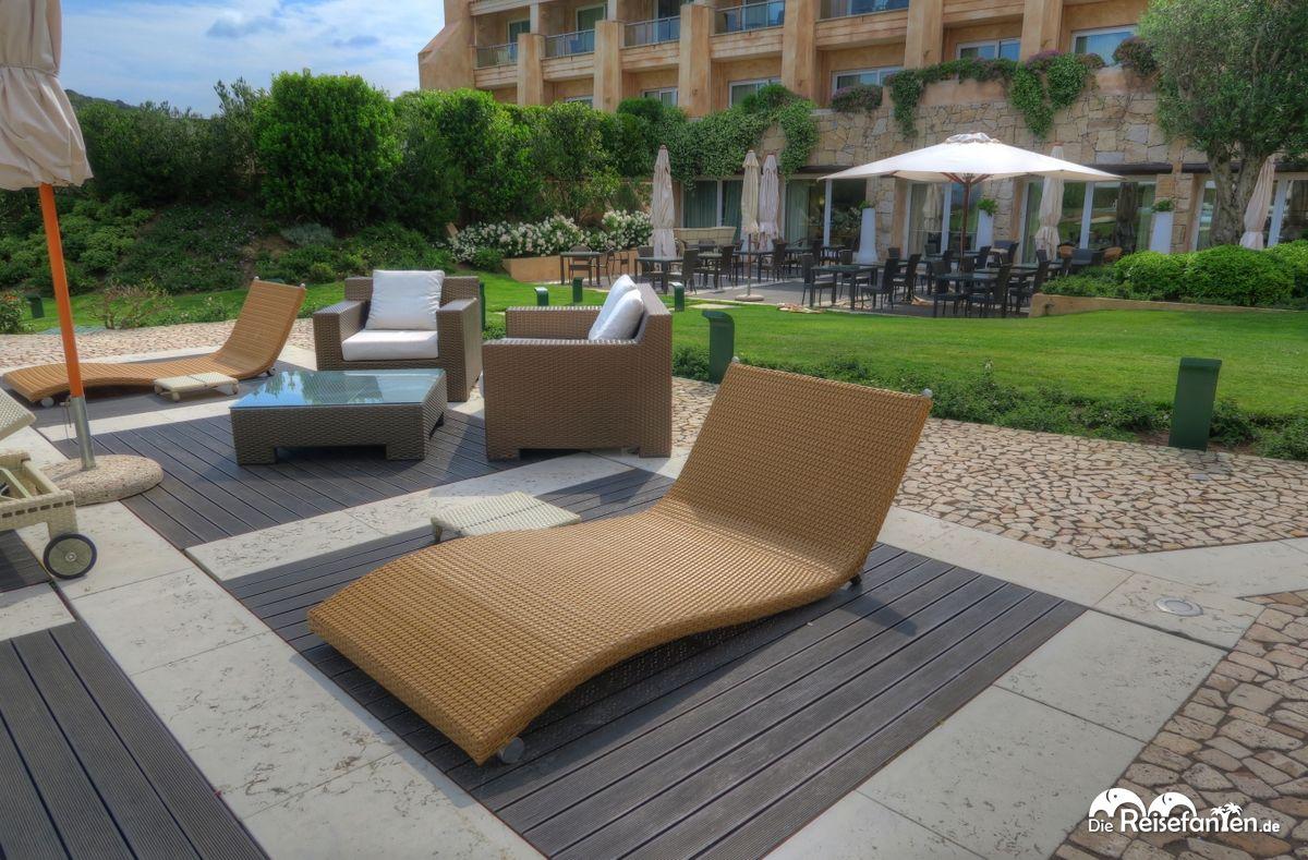 Bequemes Liegen Im Garten Des L Ea Bianca Luxury Resort