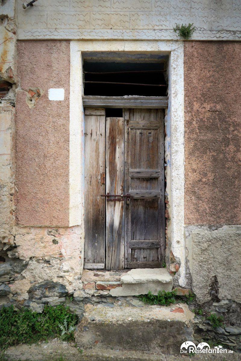 Verschlossene tür  Eine verschlossene Tür in Gairo Vecchio | reisefanten.de