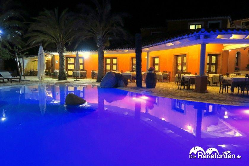 Der Hotelpool des Hotel Galanias bei Nacht