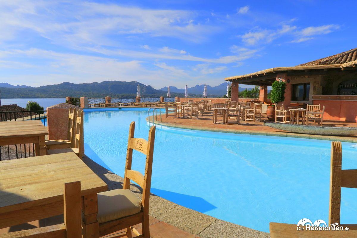 Der morgendliche Pool im Villa del Golfo