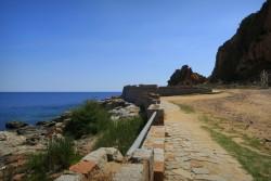 Der Parkplatz vor den Rocce Rosse in Arbatax auf Sardinien bietet ausreichend Platz