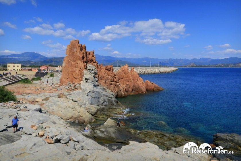 Der rote Felsen der Rocce Rosse in Arbatax auf Sardinien