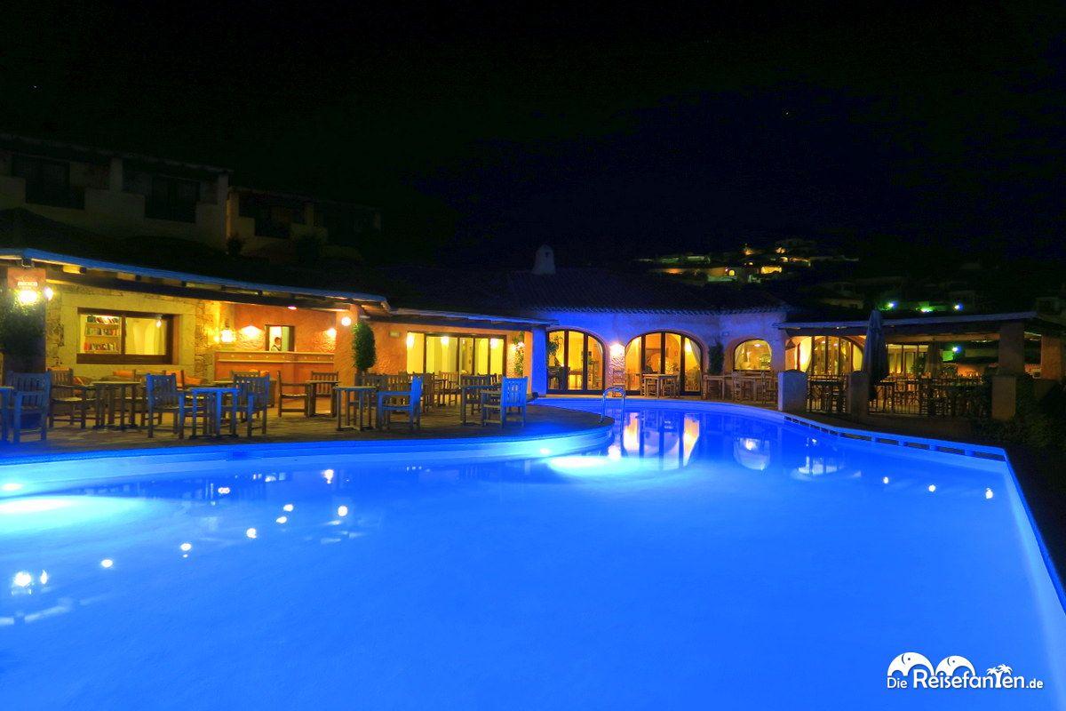 Nächtlicher Blick auf den Pool im Villa del Golfo