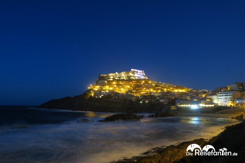 Castelsardo auf Sardinien bei Nacht