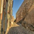 Leere Gassen bei Sonnenuntergang in Castelsardo auf Sardinien