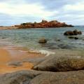 Roter Sand am Stand von Portobello auf Sardinien