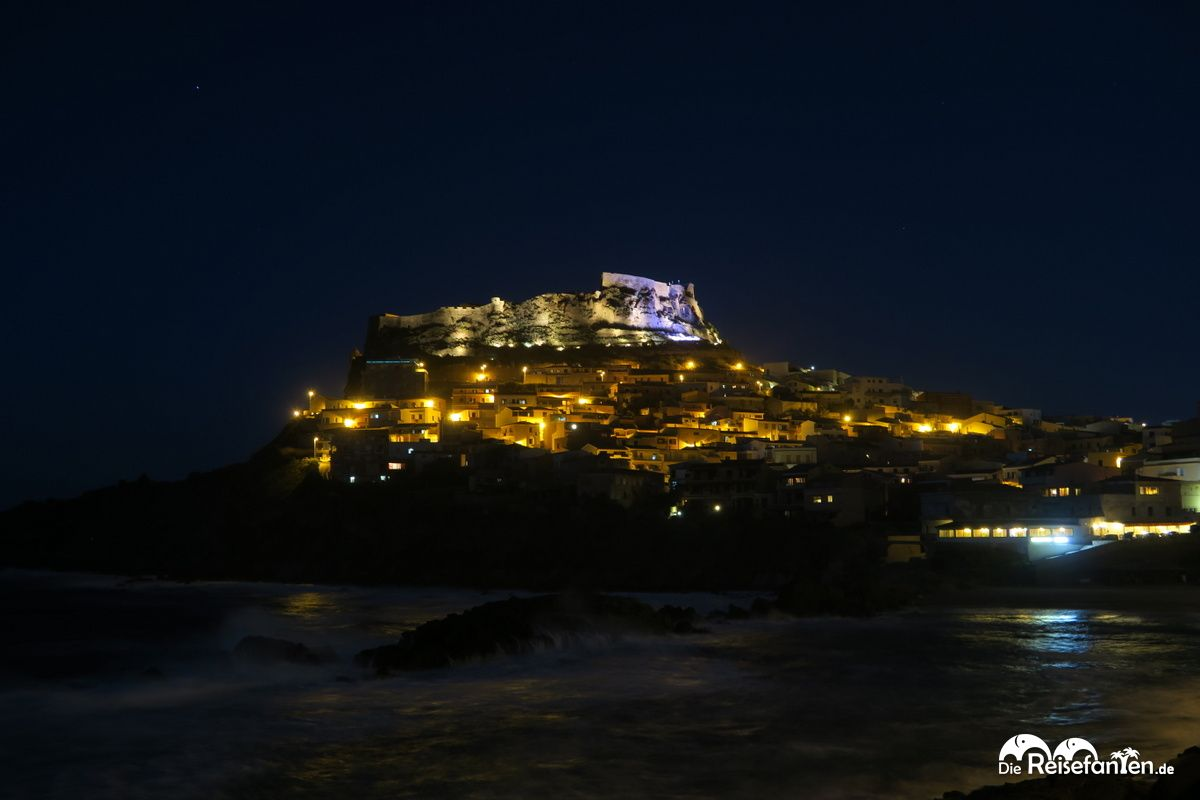 Castelsardo auf Sardinien im Dunkel der Nacht