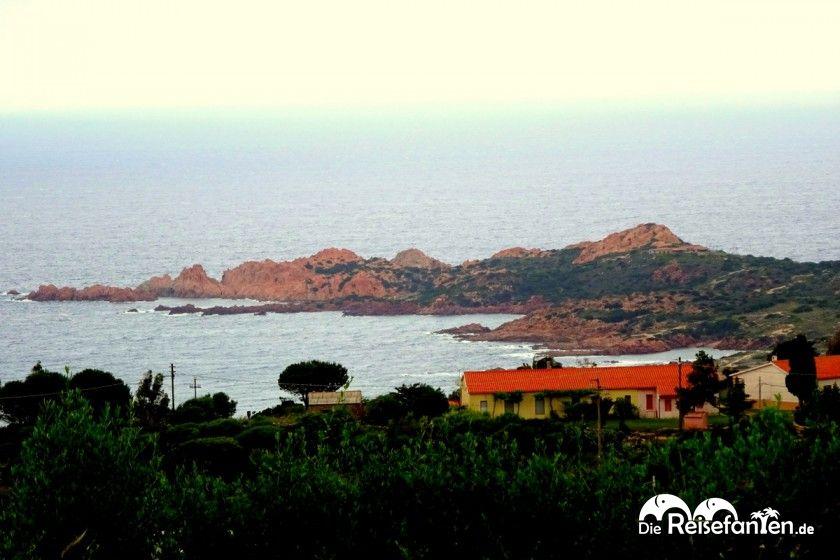 Den besten Blick auf die Isola Rossa auf Sardinien hat man von der Küstestrasse