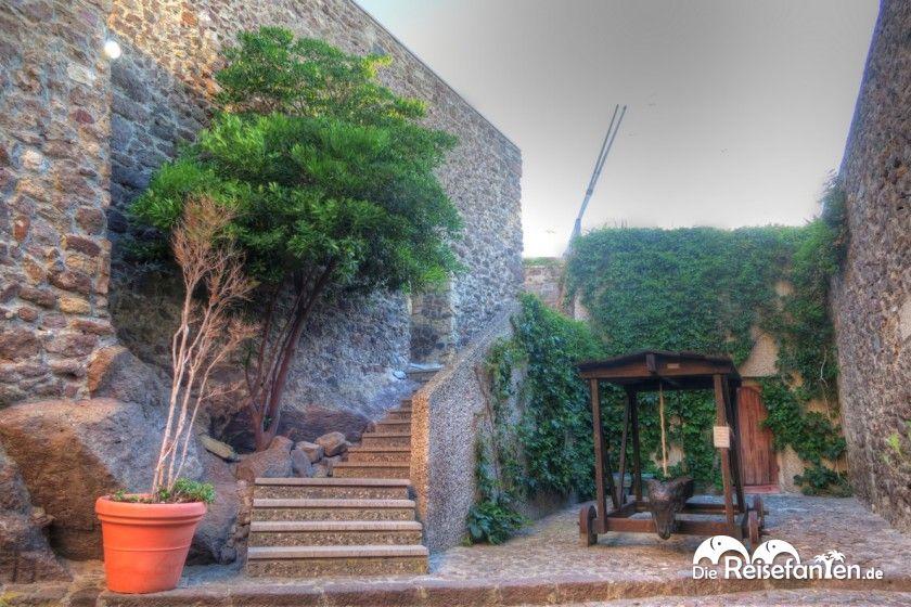 Der Eingangsbereich der Festung von Castelsardo auf Sardinien