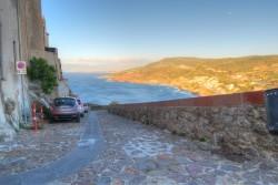 Die Wege und Straßen in Castelsardo auf Sardinien sind sehr steil
