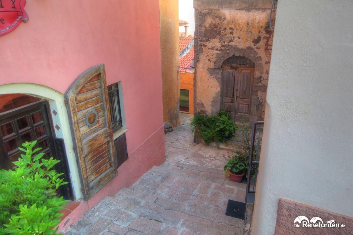 Malerische Gassen in Castelsardo auf Sardinien