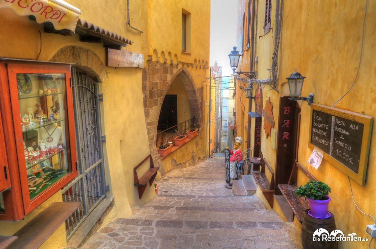 Steile und verwinkelte Gassen in Castelsardo auf Sardinien