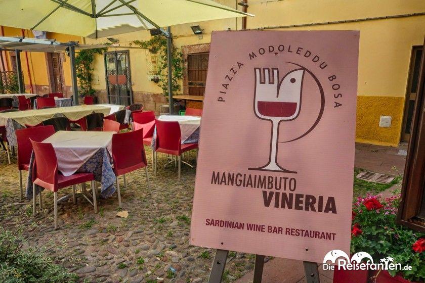 Das einladende Schild der Vineria Mangiaimbuto in Bosa