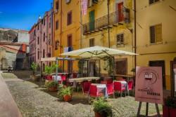 Die Vineria Mangiaimbuto in Bosa liegt an einem Platz in einer Seitenstraße