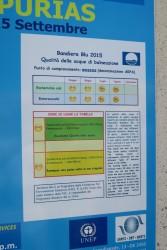 Ein Schild informiert über die Wasserqualität in Lu Bagnu auf Sardinien