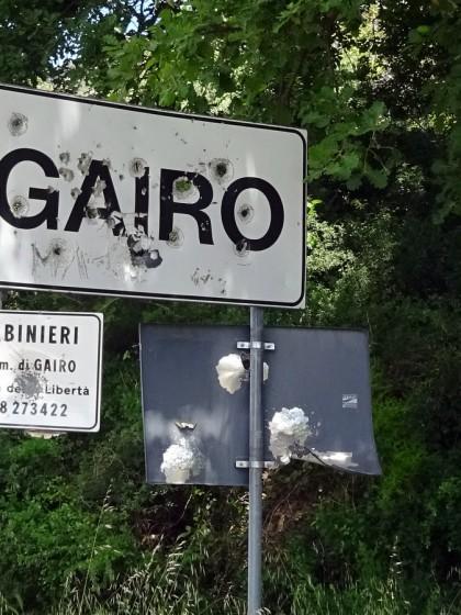 Das zerschossene Ortsschild von Gairo auf Sardinien